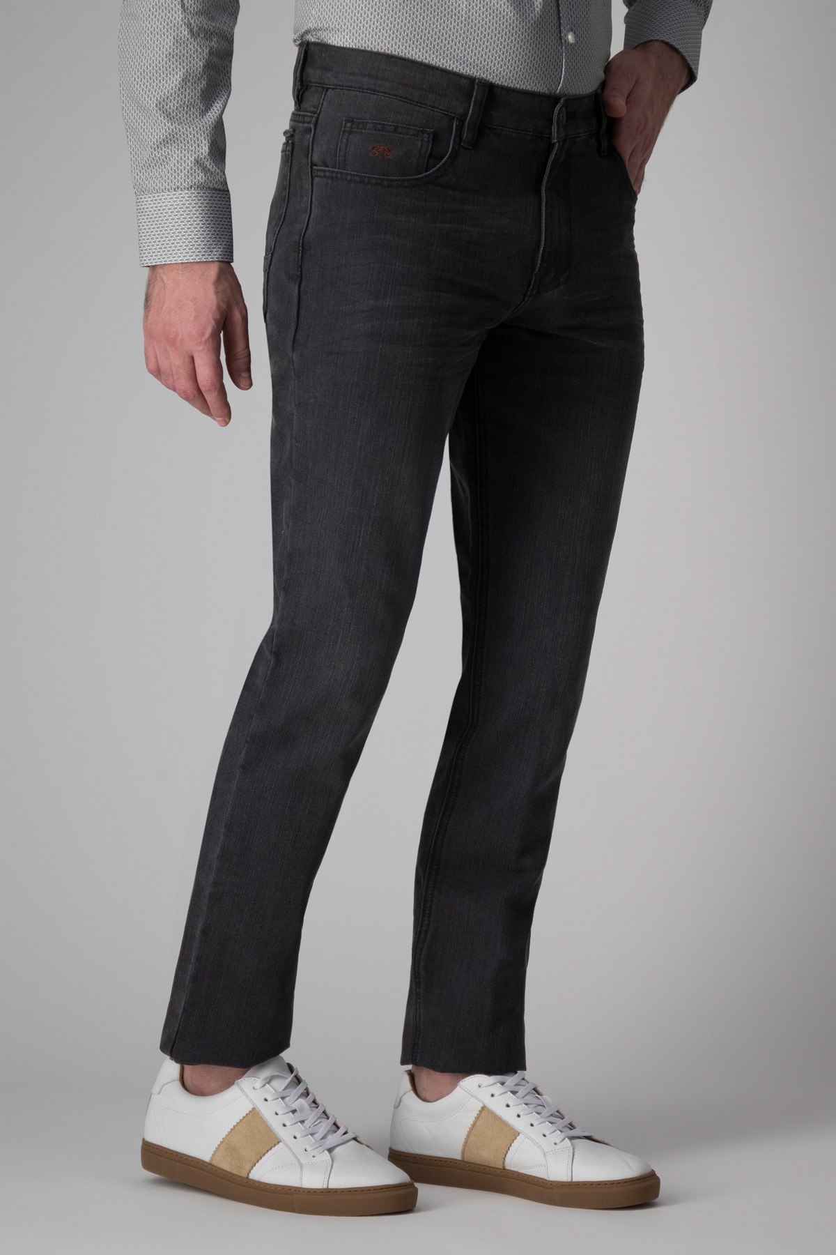 Pantalón Calderoni, modelo 5 bolsillos mezclilla color gris.