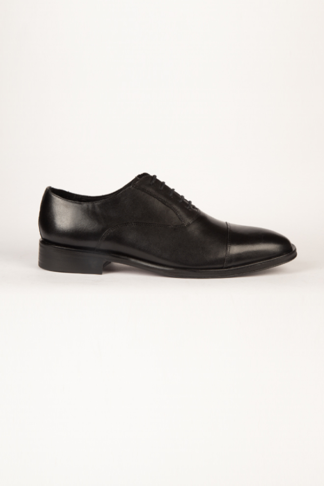 "Calzado CALDERONI, modelo ""Derby"" color negro."