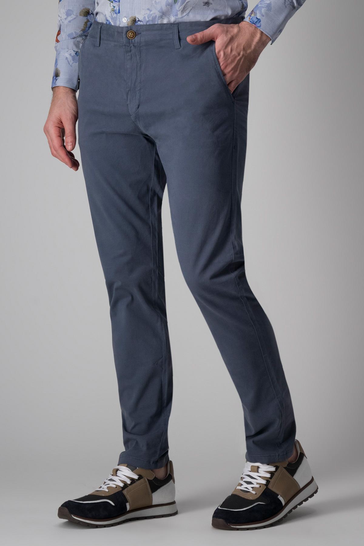 Pantalón Giorgio Valentino, modelo chino liso color azul medio.