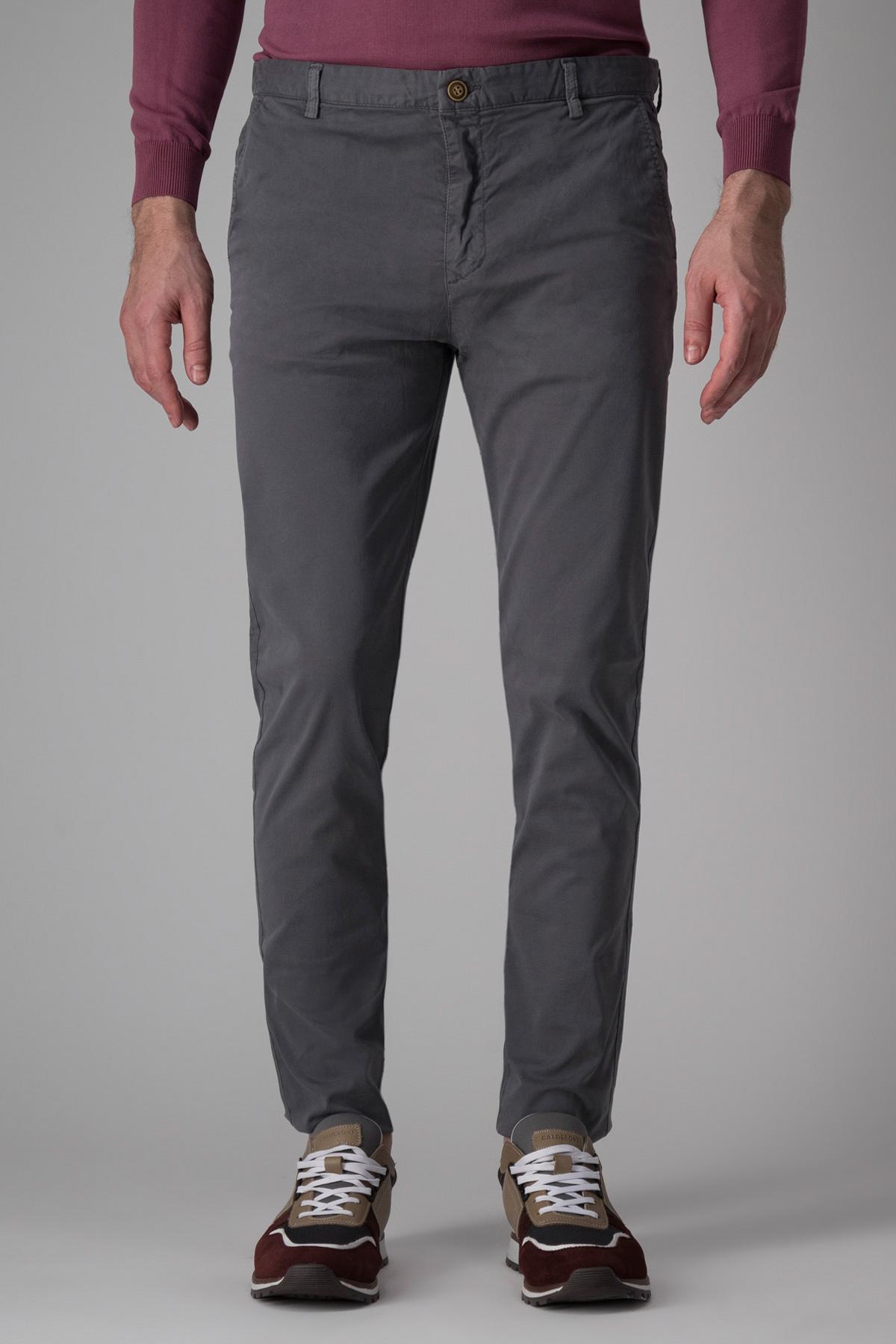 Pantalón Giorgio Valentino, modelo chino liso color gris.