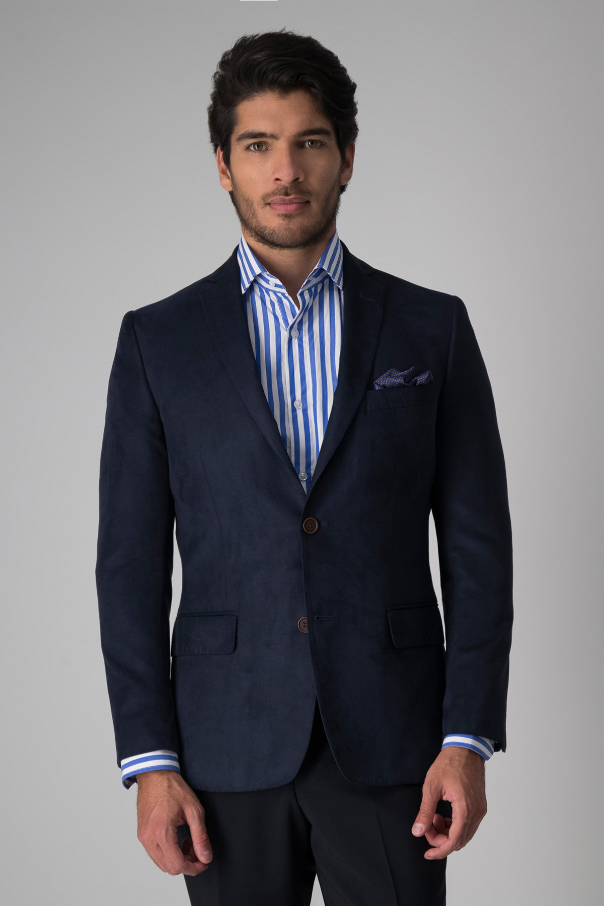 Saco Robert´s slim fit, color azul liso, tela de estilo gamuza.
