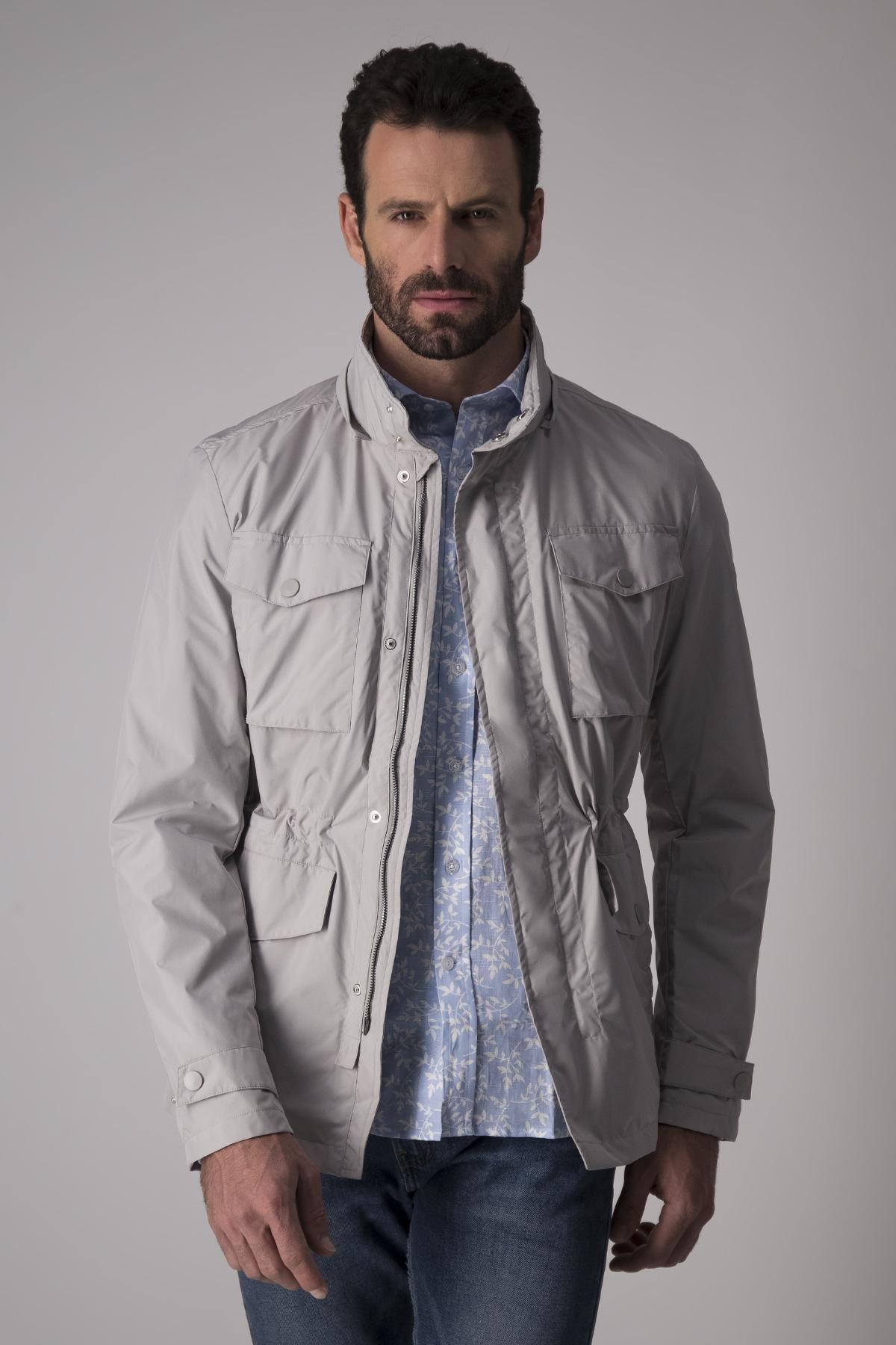 Chamarra Calderoni color gris, impermeable con capucha.