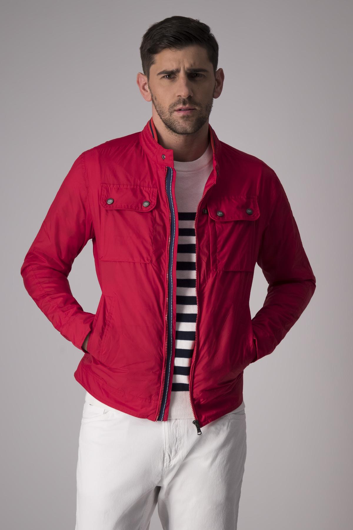 Chamarra Robert´s corta color rojo, con cierre frontal.