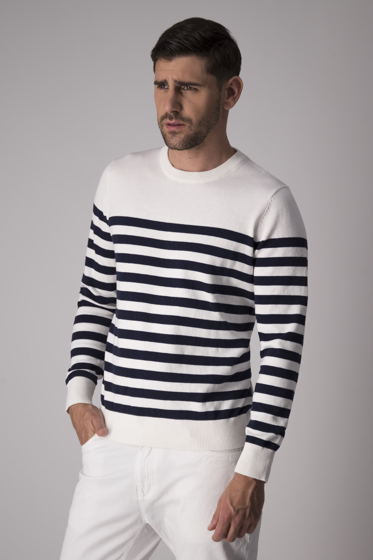 Suéter Robert´s, modelo náutico, blanco rayas azules.