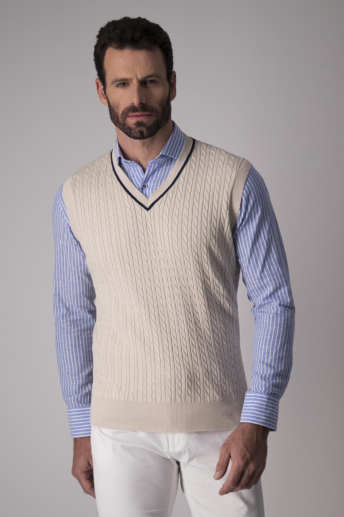 Chaleco Robert´s, 100% algodón, trenzado beige, cuelo V con vivo.
