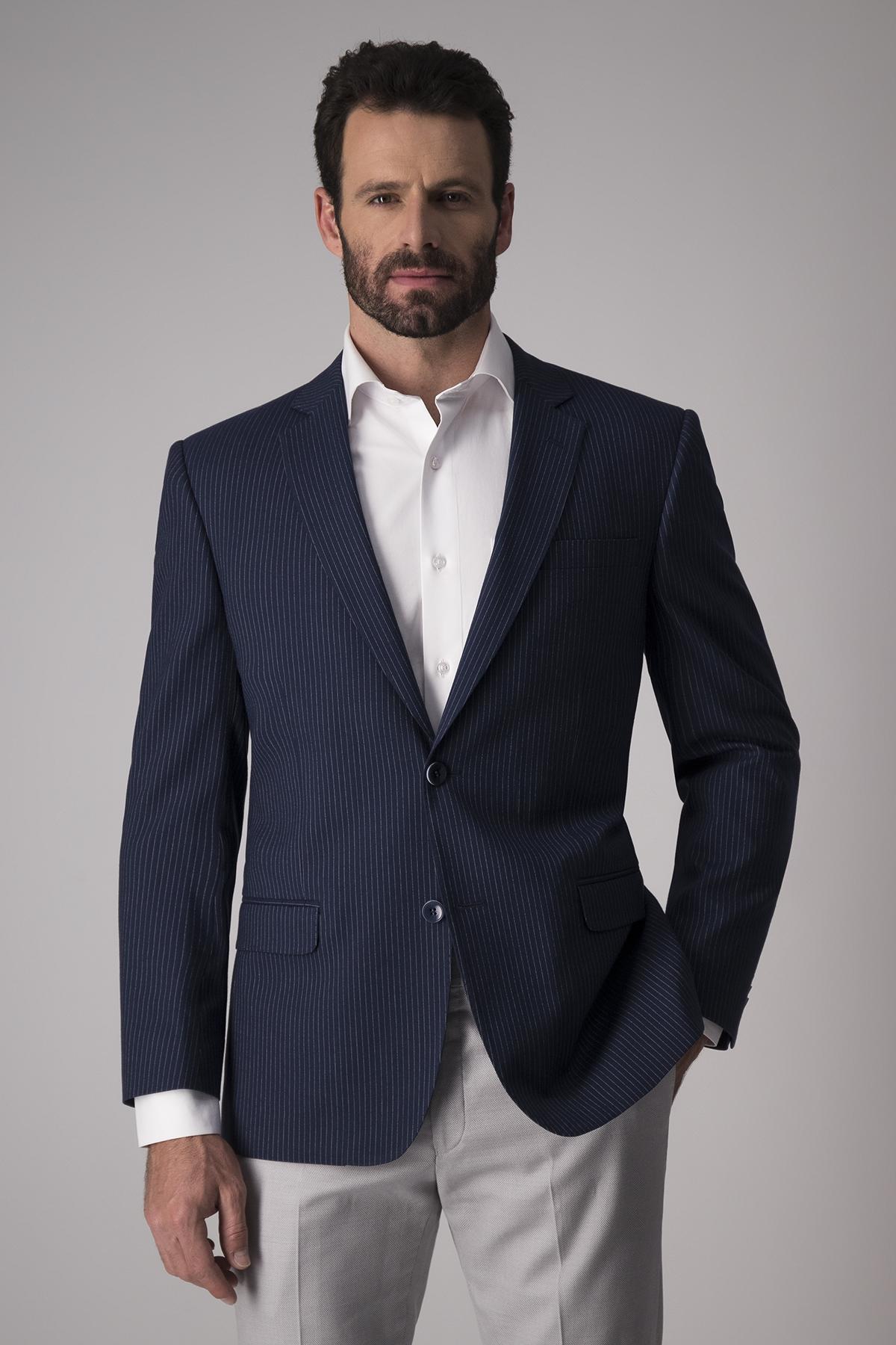 Saco Robert´s  slim fit, algodón mezcla, azul a rayas finas.