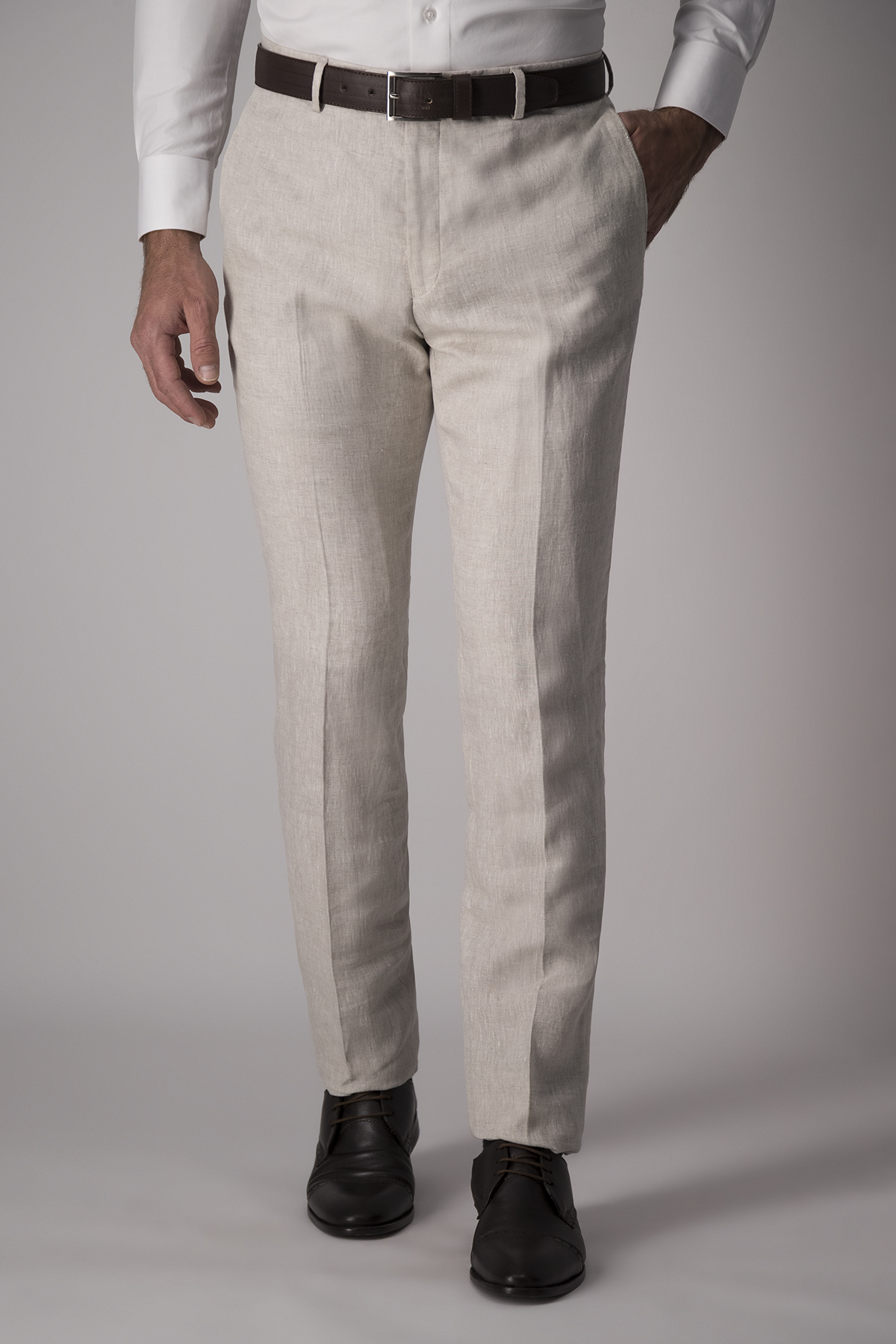 Pantalón Robert´s, slim fit, 100% lino, color beige.