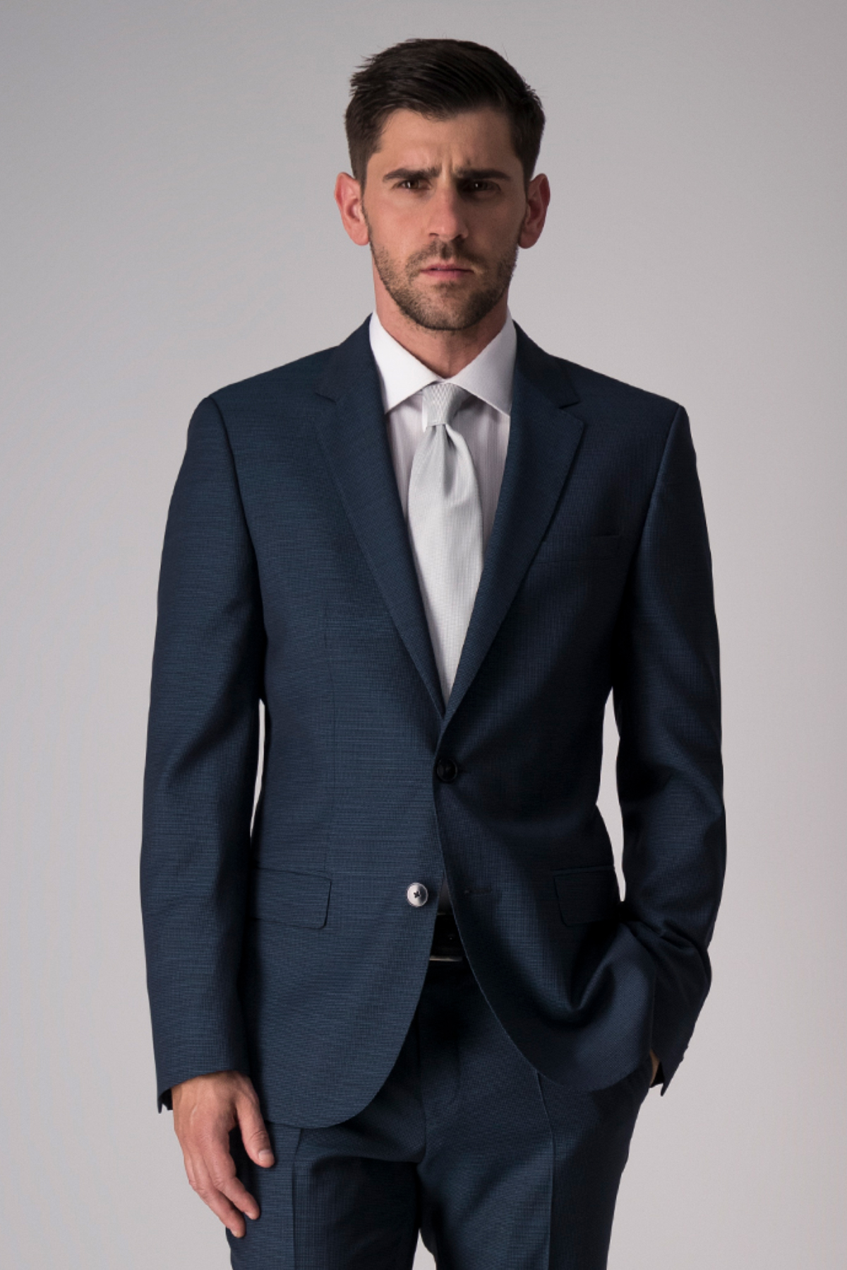 Traje Hugo Boss, 100% lana, slim fit, color azul medio.