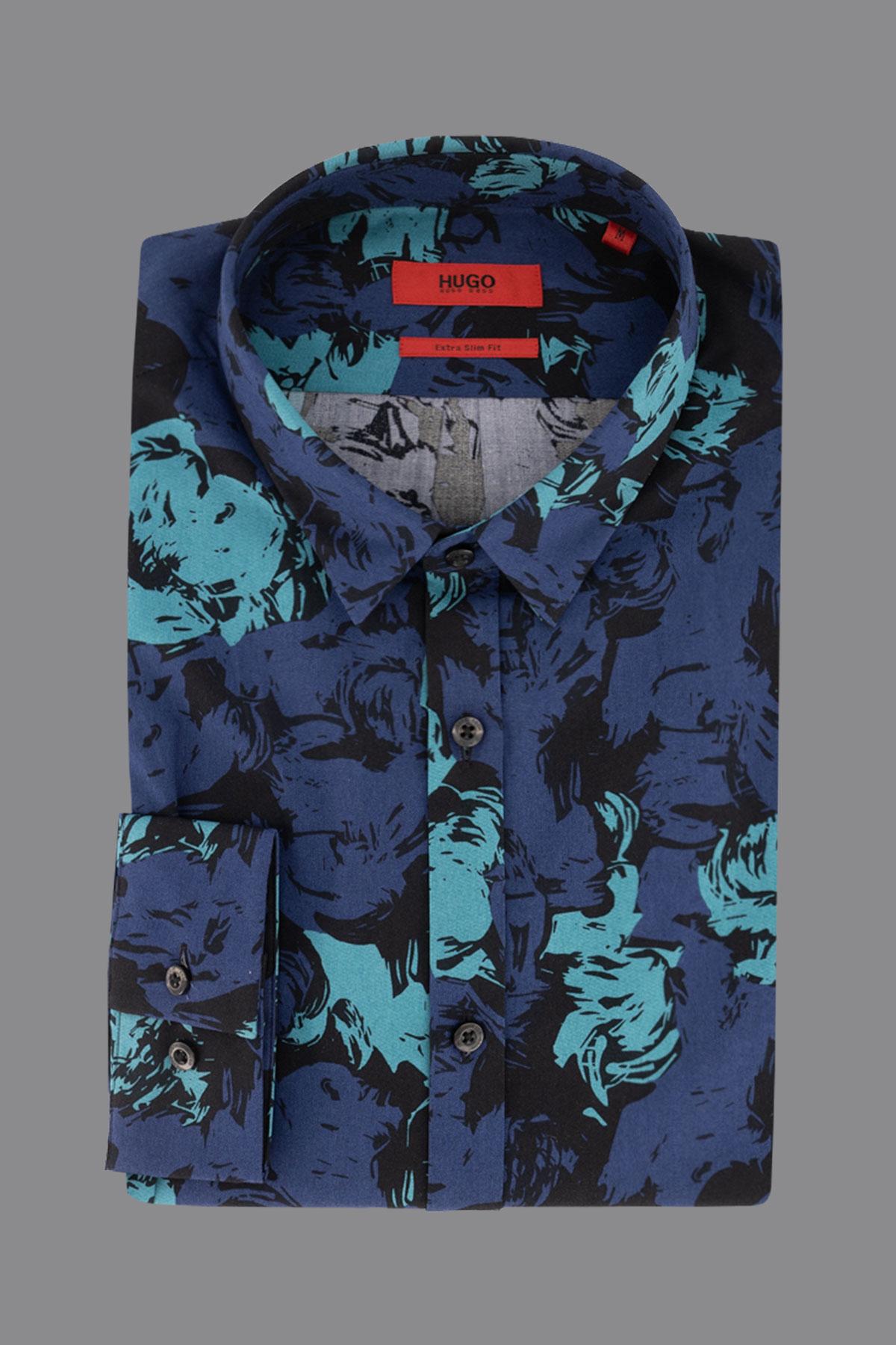 Camisa Hugo Boss, estampado en tonos azules, cuello pequeño.