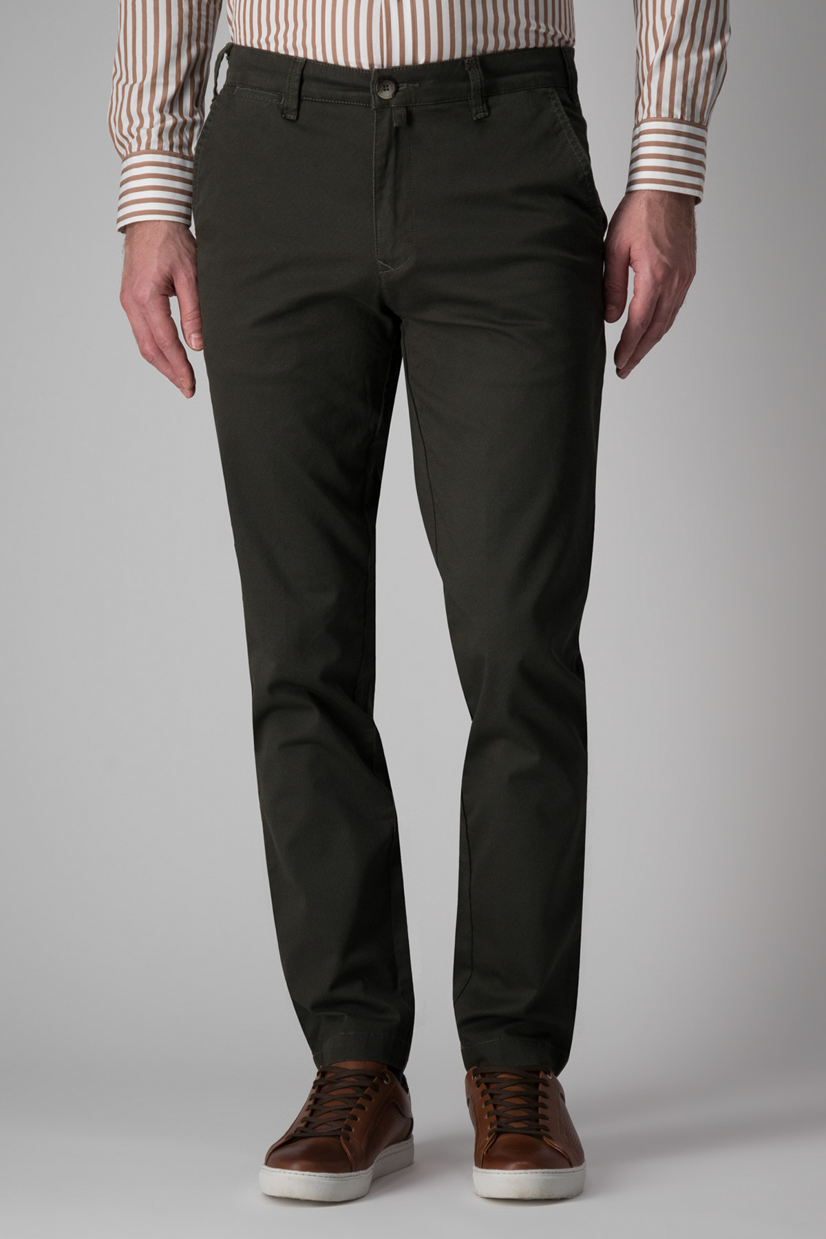 Pantalón Calderoni, algodón y elastano, modelo chino liso color verde.