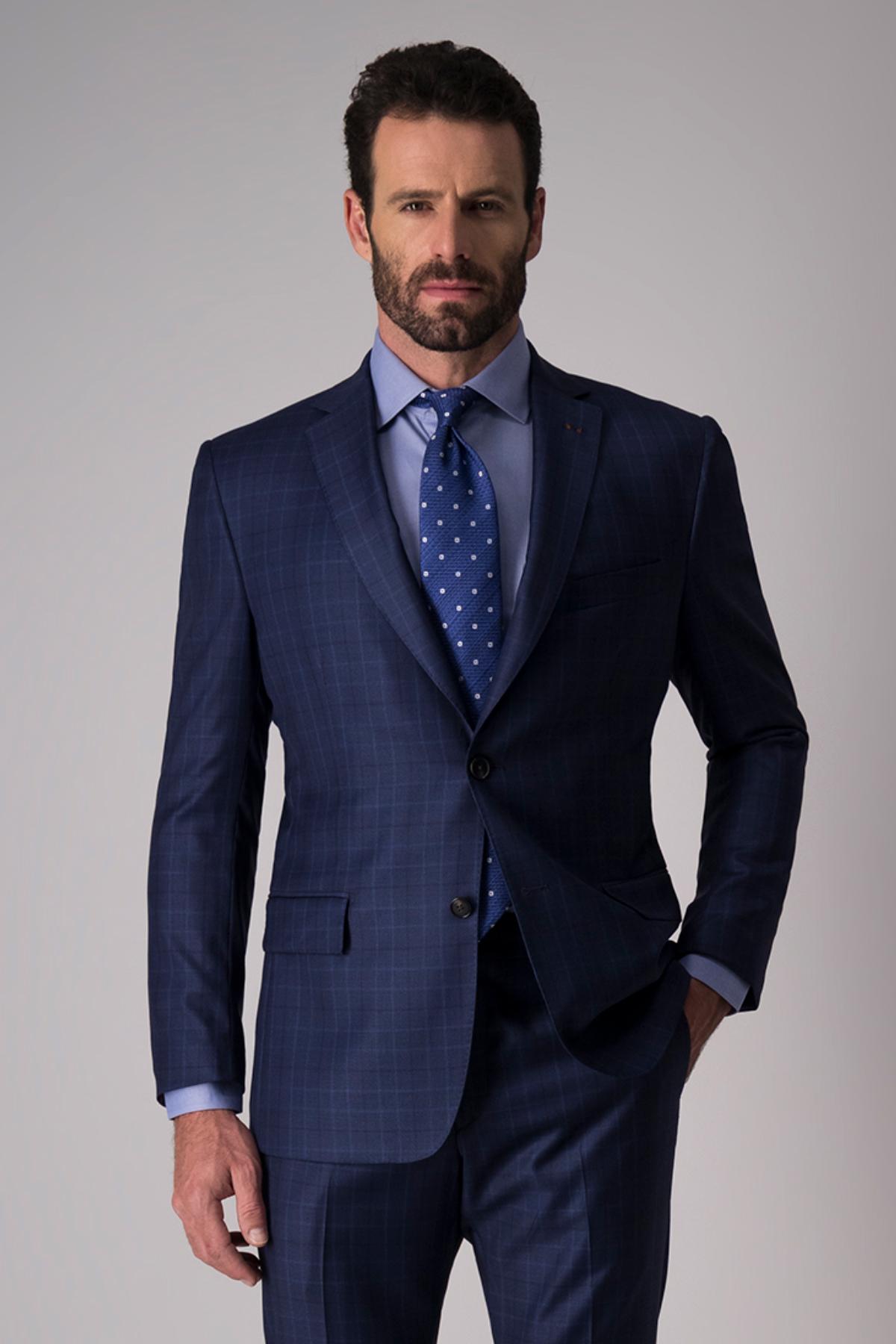 Traje Calderoni Couture, tejido italiano azul, slim fit.
