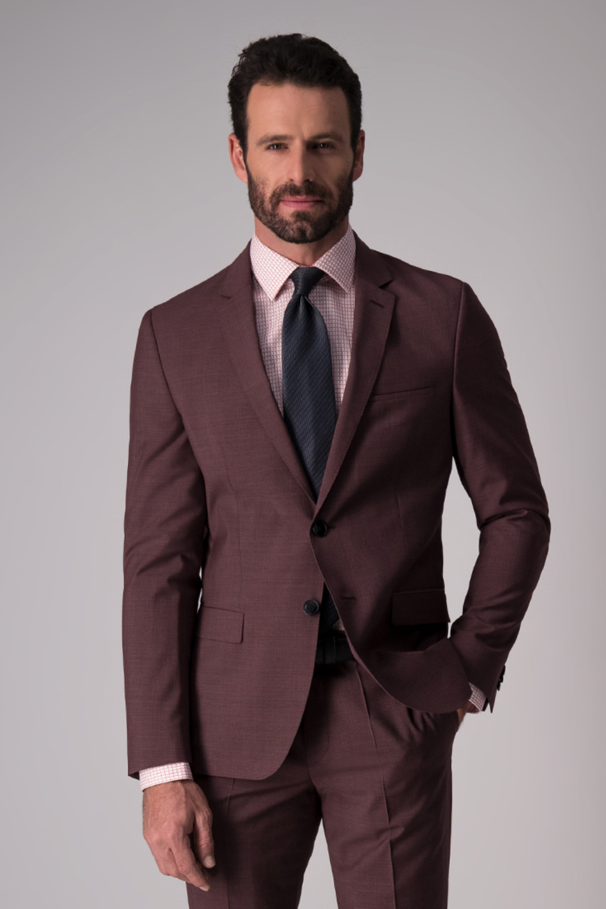 Traje Hugo Boss, 100%lana, slim fit, liso color vino.