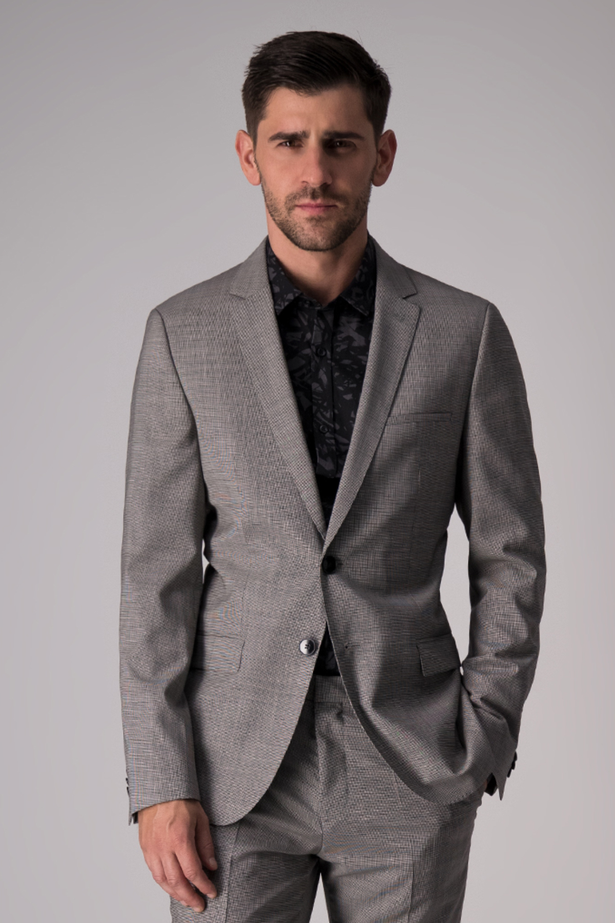 Traje Hugo Boss, 100%lana, slim fit, color gris claro.