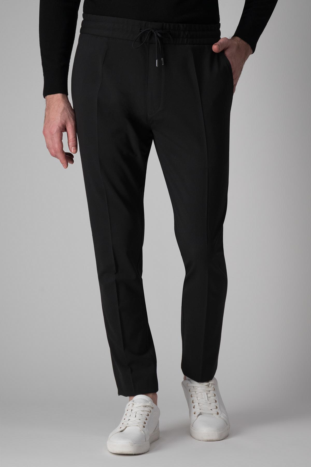 Pantalón Hugo Boss, negro liso modelo jogging, cintura elástica.
