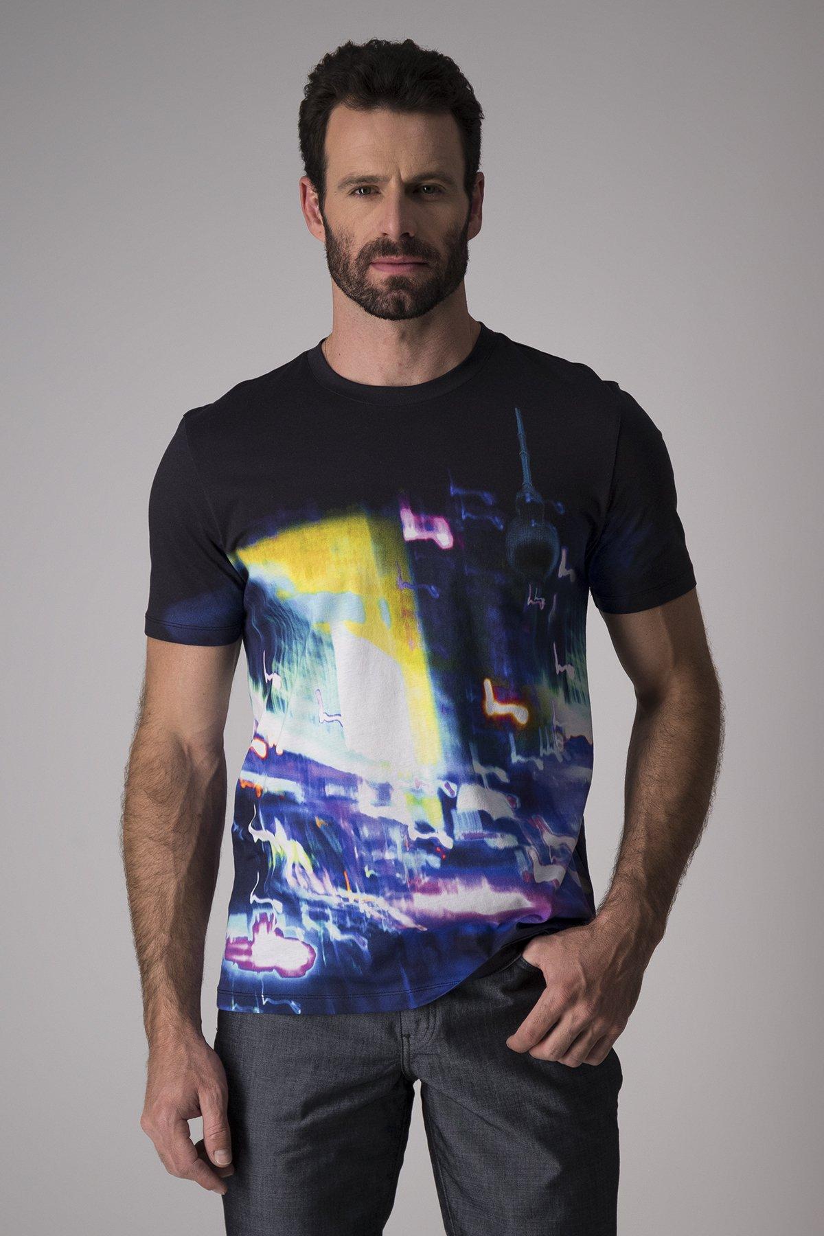 Playera Hugo Boss, color negra con estampado multicolor.