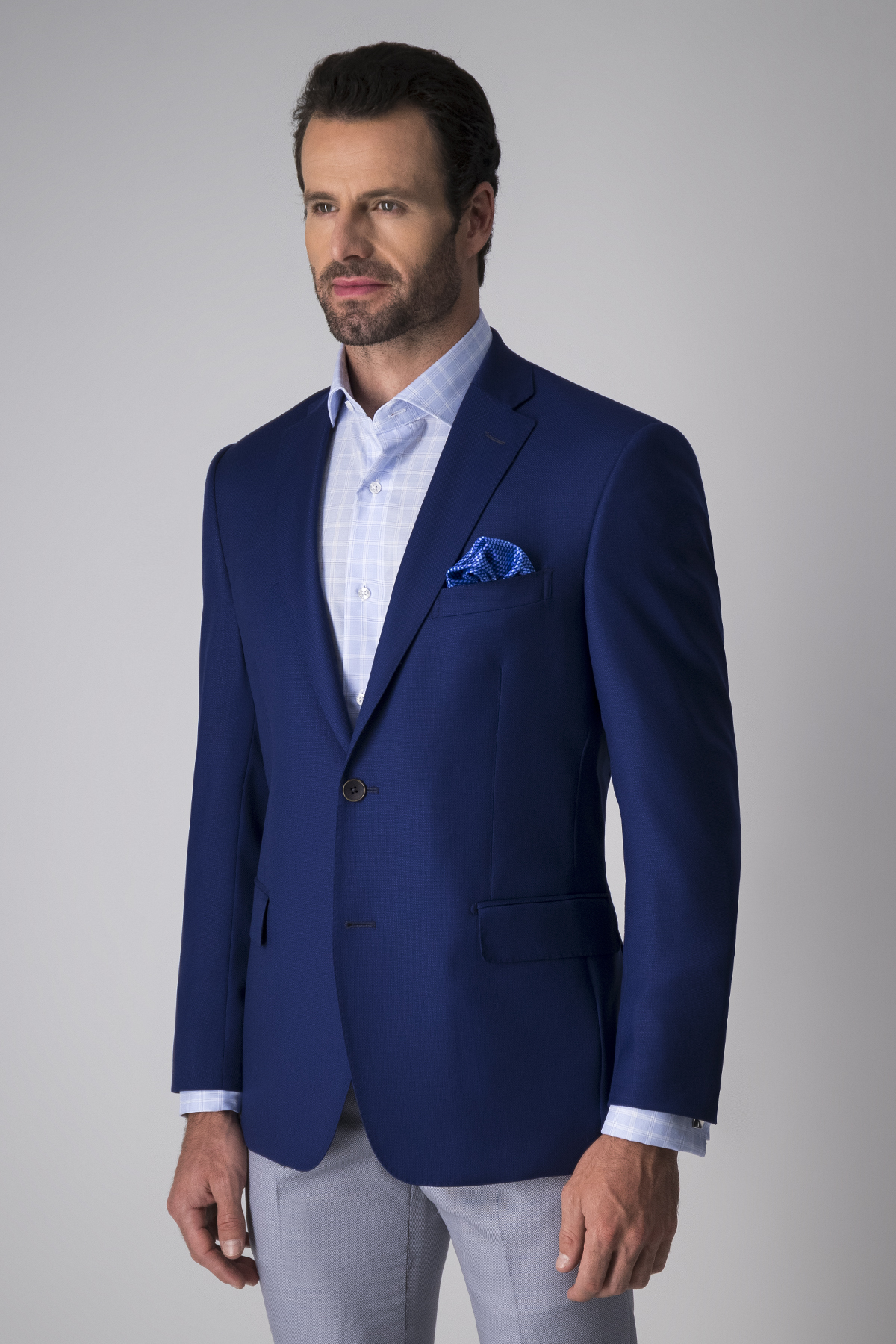 Saco Calderoni,  tela italiana color azul, fit contemporáneo.