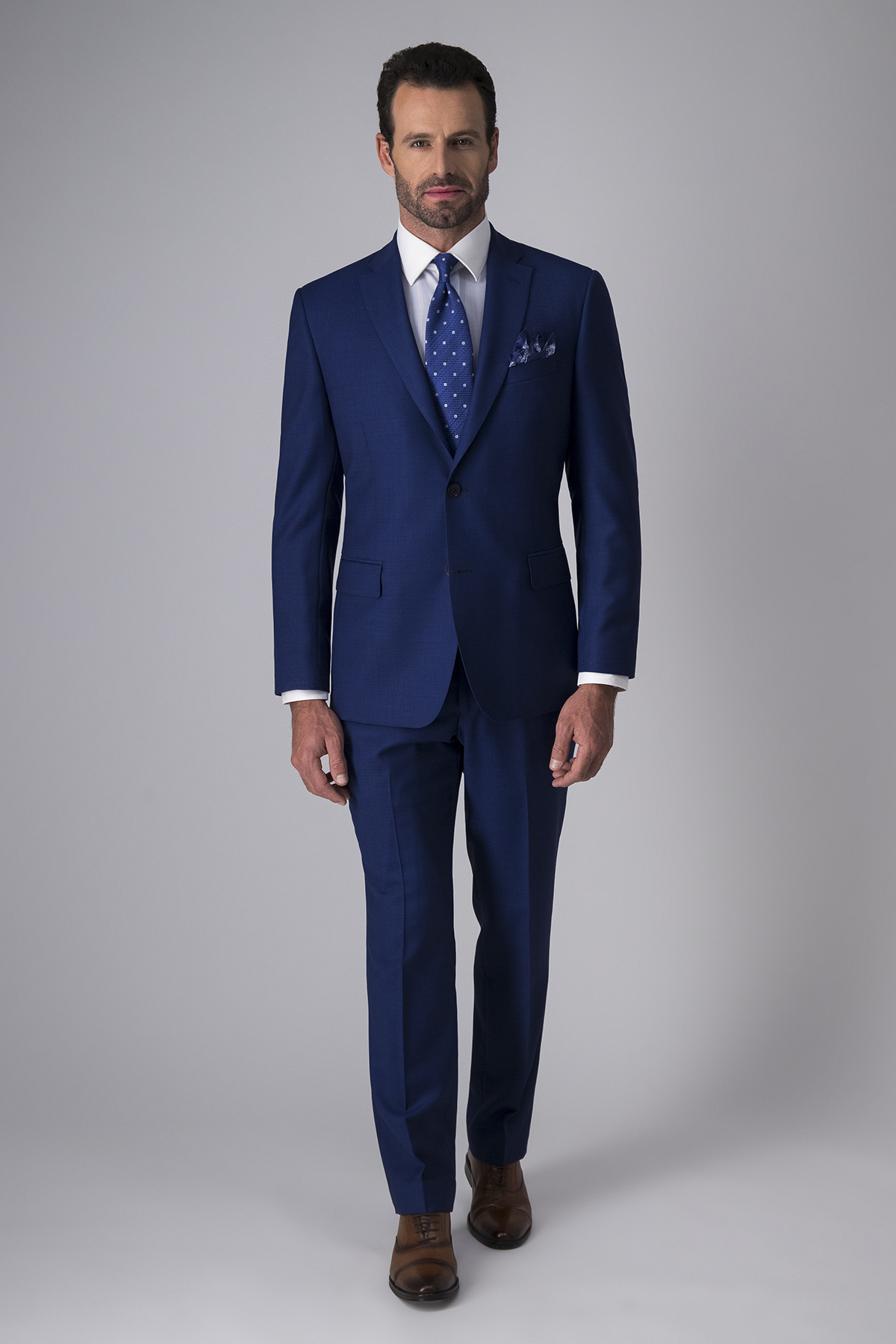Traje Calderoni, tela italiana, fit contemporáneo, color azul.