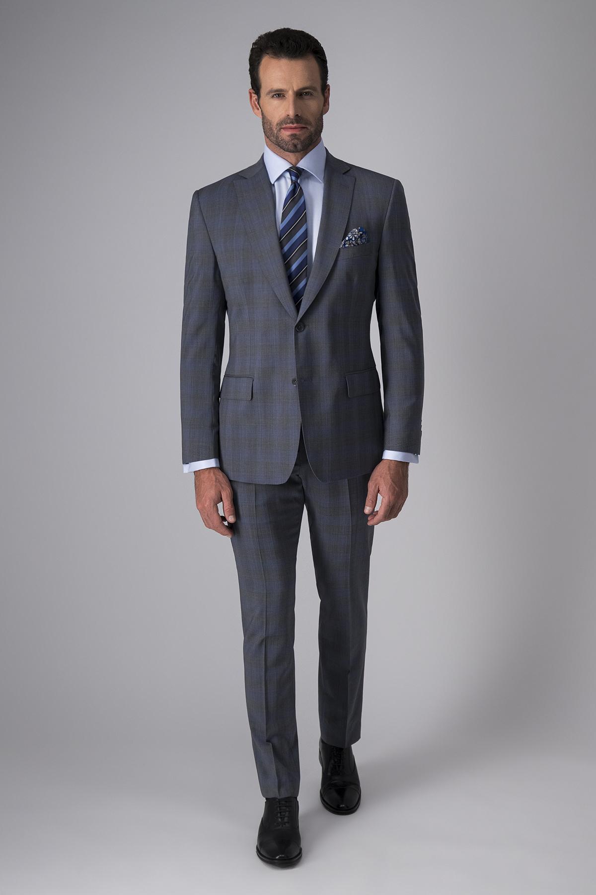 Traje Calderoni, tela italiana,  slim fit, fantasía gris.